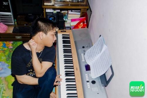 Mỗi lần chơi đàn, Hùng phải xoay nghiêng người và không nhìn vào phím đàn.